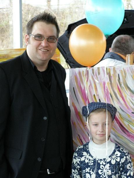Tobias Fritz mit seiner Nichte Franziska Prinz bei seiner Ausstellung bei Mercedes Schultz in Zeven.