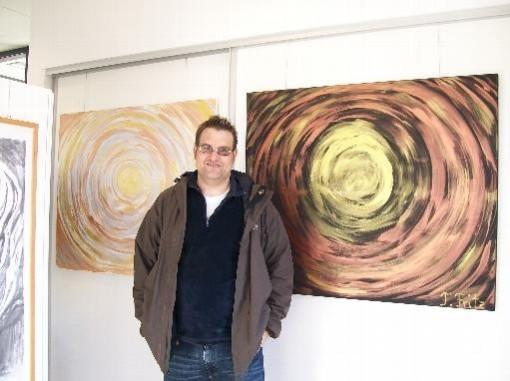 Tobias Fritz bei seiner Ausstellung bei der Volksbank in Zeven.
